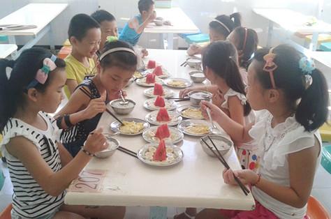 图3:小学生享用营养早餐-营养早餐巧搭妙配,健康习惯从小抓起